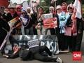 FOTO : Di Seberang Istana, Emak-emak Militan Tolak Situng KPU