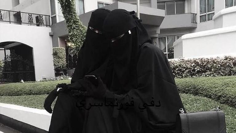 Niqab adalah jenis kerudung yang juga hampir menutup seluruh bagian tubuh, biasanya didominasi warna hitam dan digunakan oleh perempuan muslim di wilayah Arab.