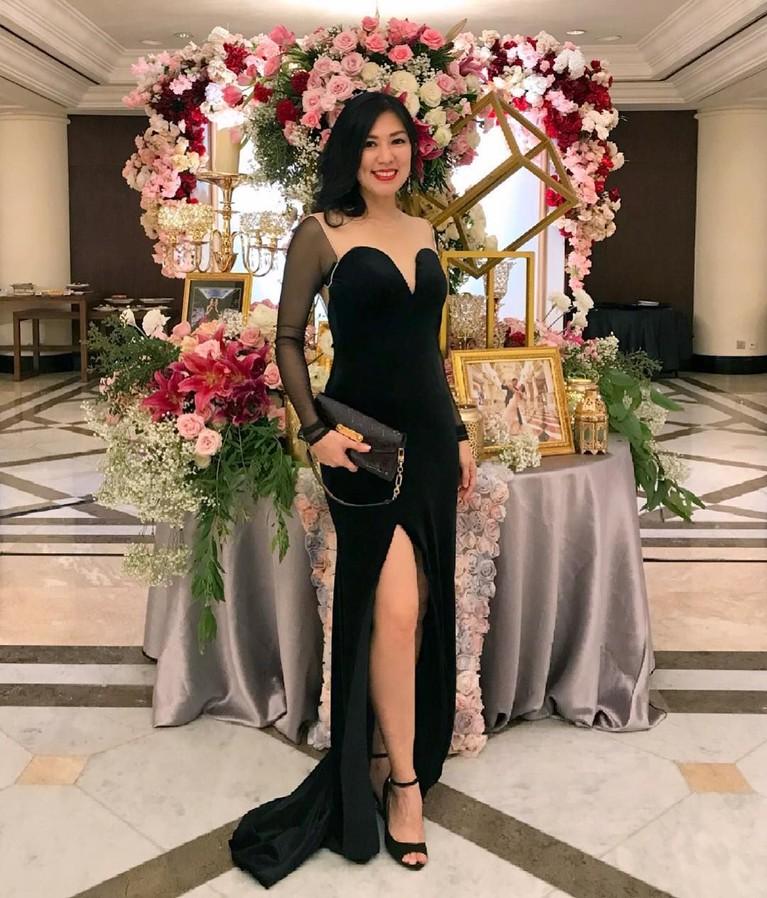 Aida tampil mempesona dengan menggunakan gaun berwarna hitam di sebuah acara pernikahan. Sudah cocok untuk menikah dengan Delon?
