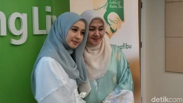 Bahagianya Laudya Cynthia Bella Ditemani Ibu di Bulan Ramadhan
