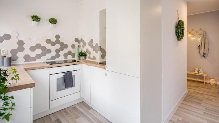 <p>Dapur dengan dinding putih bisa menjadi pilihan untuk ruang minimalis. Tambahkan sentuhan lampu dan material menarik untuk memperindah ruangan. (Foto: iStock)</p>