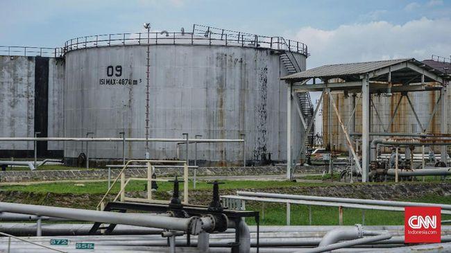 Harga minyak dunia menguat pada Rabu (6/1), waktu AS. Penguatan dipicu oleh rencana Arab Saudi memangkas produksi dan penurunan tajam stok minyak AS.