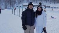 <p>Pasangan ini kerap menghabiskan waktu bersama dengan liburan ke luar negeri nih. Seru banget! (Foto: Instagram @adilladimitrihardjanto)</p>