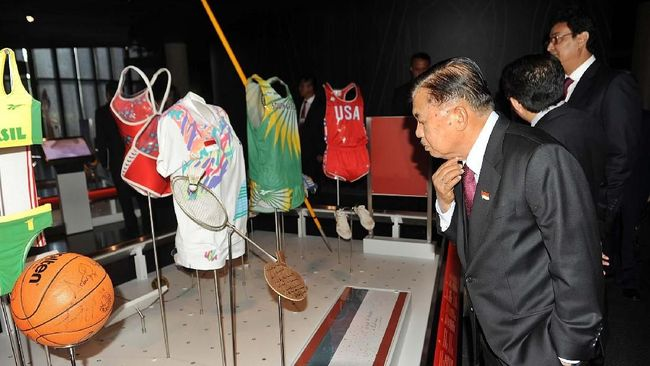 Wapres Jusuf Kalla melihat-lihat raket serta seragam yang dipakai Susy Susanti saat menjuarai Olimpiade 1992 di Museum Olimpiade.