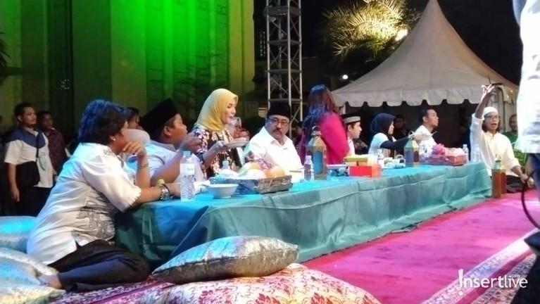 Para pemain film Si Doel The Movie 2 merasa bahagia bisa bertemu langsung dengan masyarakat Bekasi dalam acara buka puasa bersama di Masjid Al Barkah, Bekasi.