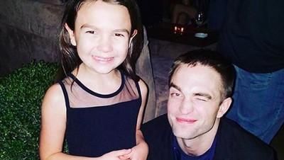 Kedekatan Calon Batman Baru, Robert Pattinson dengan Anak-anak
