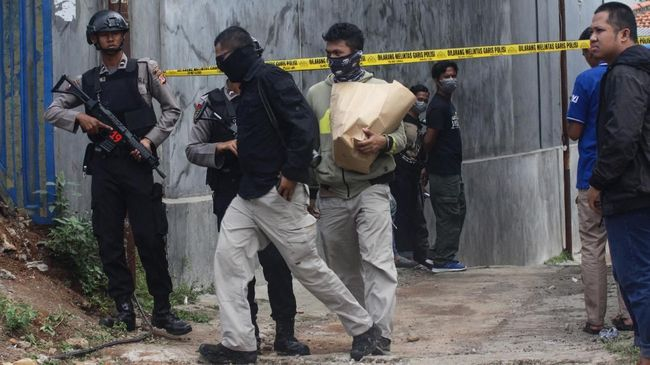 Densus 88 Antiteror Polri menangkap seorang terduga teroris alumnus Suriah dan Filipina berinisial WJ alias P di wilayah Depok.