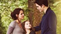 <div>Robert Pattinson bersama anak dan istrinya yang diperankan oleh Mackenzie Foy dan Kristen Stewart di film Breaking Dawn. Hmm, kebapakan banget ya, Bun, pria yang akrab disapa Rob ini? (Foto: Instagram/ @official_robertpattinson)</div><div></div>
