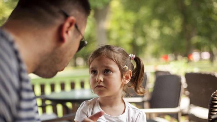 Anak berperilaku buruk belum tentu salah lingkungan atau efek nonton televisi. Bisa jadi orang tua yang menyebabkannya.