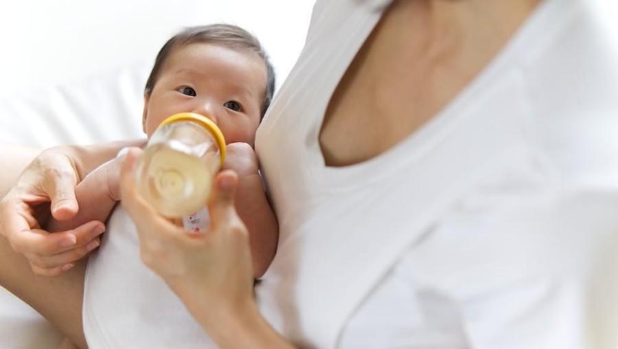 Melarutkan Susu atau Bubur Bayi Sebaiknya Pakai Air Murni?
