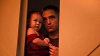 Robert Pattinson sangat menjiwai perannya sebagai seorang ayah di film High Life yang rilis tahun 2018 lalu. (Foto: Instagram/ @robpattinsonww)