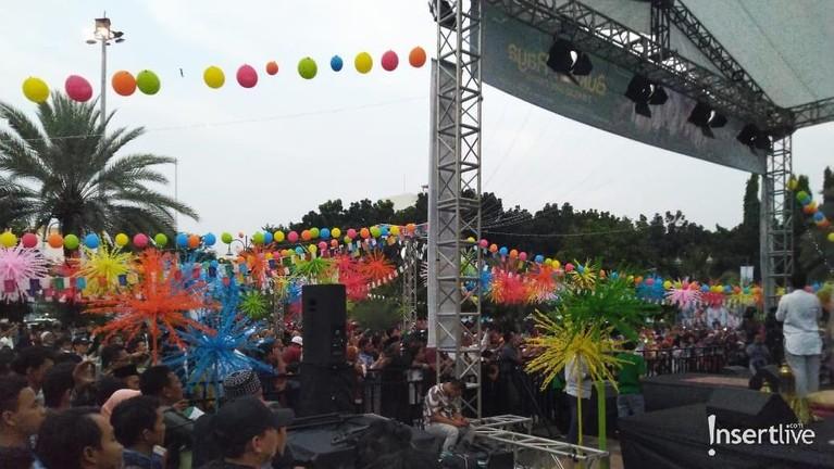 Tempat berlangsungnya berbuka puasa digelar dengan hiasan warna-warni yang juga mewakili kegembiraan para pemain Si Doel The Movie 2.