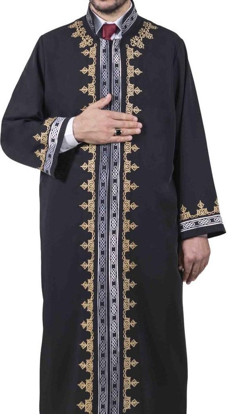 2. Galabiyya Pria muslim Mesir, mengenakan gamis yang terlihat seperti sebuah jubah kebesaran. Galabiyya hampir sama dengan Jubbas, namun yang membedakan adalah Galabiyya lebih terlihat kasual dengan warna-warna terang dan corak-corak menarik yang bisa digunakan saat acara informal.