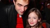 <div>Main film bareng, Rob dan Mackenzie cukup dekat lho. So sweet! (Foto: Instagram/ @official_robertpattinson)</div><div></div>