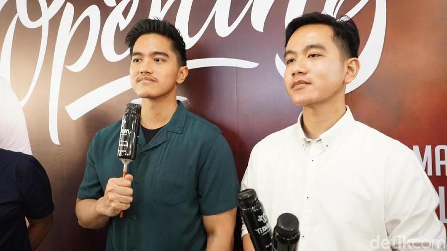 Saat 2 Putra Jokowi Jadi 'Tukang Angkut' Belanjaan Ayahnya