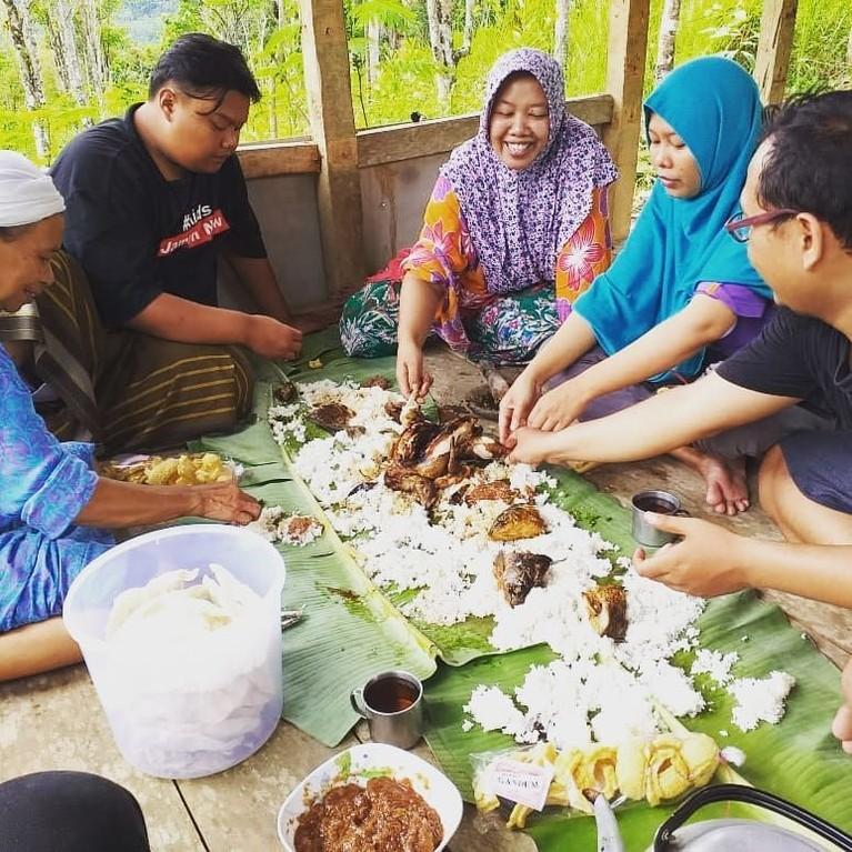 Munggahan, Jawa Barat.Tradisi ini biasa dilakukan oleh suku sunda, kegiatan dimana biasanya seminggu sebelum ramadan tiba dilakukan makan bersama dengan orang terdekat.