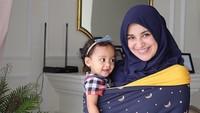 Sya masih suka digendong Mommy Shireen nih, Bun. (Foto: Instagram @shireensungkar)