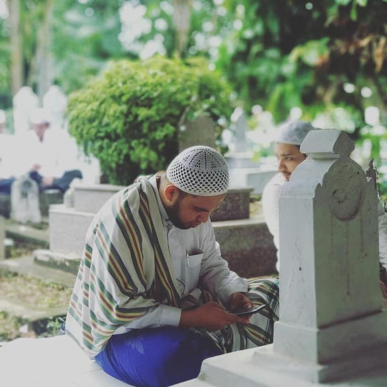 Ziarah Kubro, Palembang.Ini merupakan tradisi yang unik, dimana sekumpulan orang beramai-ramai berziarah dari satu makam ulama ke makam lainnya seperti sebuah pawai.