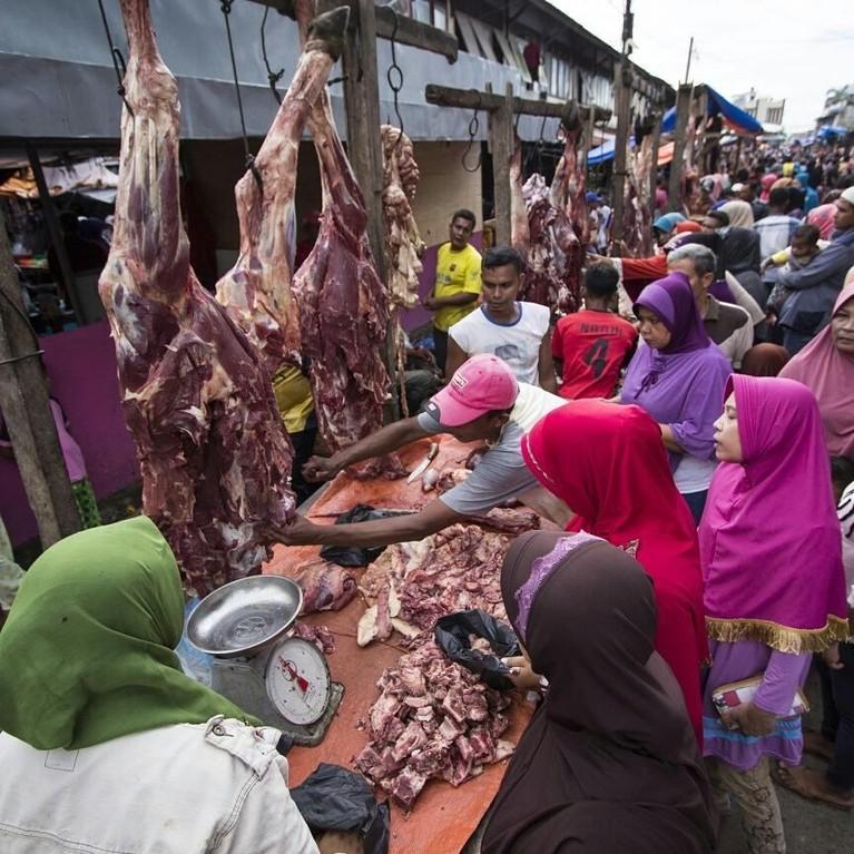 Meugang, Aceh.Tradisi adalah merupakan kegiatan memakan daging yang dilakukan bersama orang terdekat dan kaum yatim piatu.