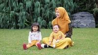 Foto bareng Mommy dan Kak Hawa dulu. Gimana? Baju kita kompak kan? (Foto: Instagram @shireensungkar)