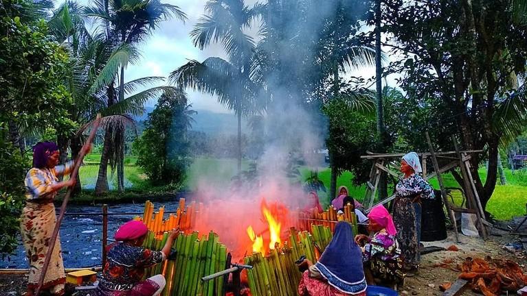Malamang, Sumatera Barat.Lamang adalah makanan khas yang terbuatdari beras ketan dan dimasukkan ke buluh bambu beralas daun pisang.