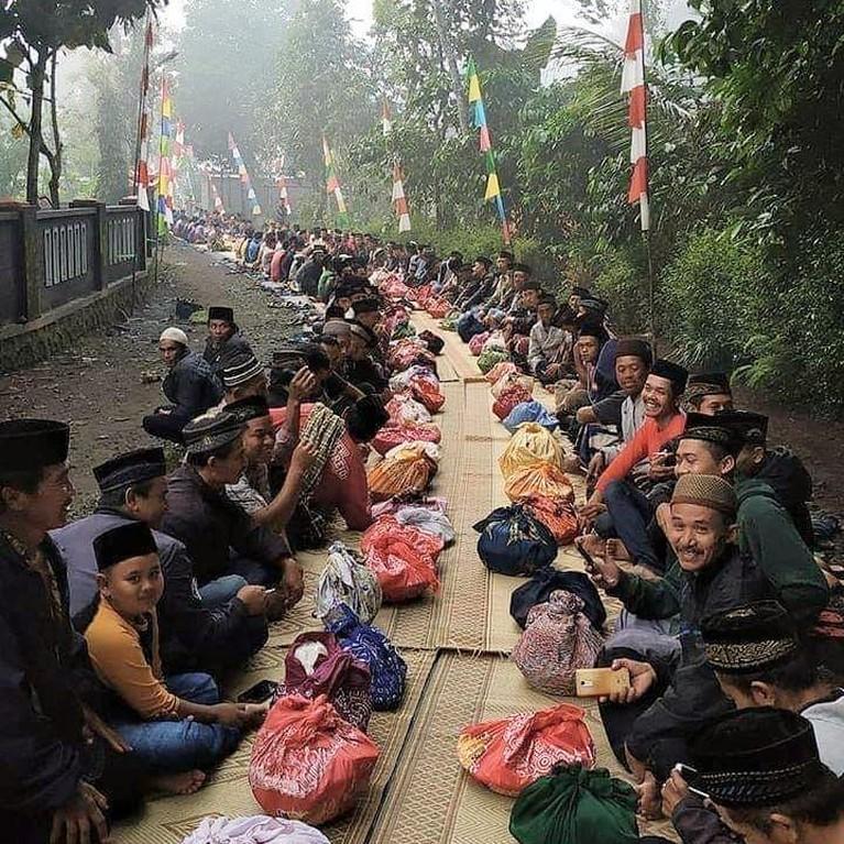 Nyadran, Jawa Tengah. Tradisi ini adalah kegiatan berziarah ke makam leluhur yang dilakukan secara bersama-sama dengan membersihkan dan menabur bunga.