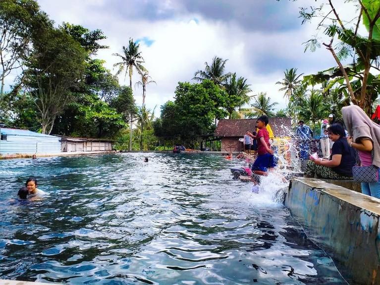 Padusan, Boyolali.Tradisi yang berasal dari Boyolali ini termasuk yang cukup unik, dimana masyarakat berama-ramai berendam di sebuah sumber air yang dianggap keramat untuk mensucikan diri.