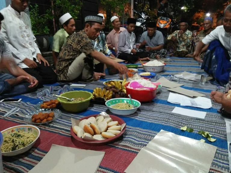 Magengan, Surabaya.Ini adalah sebuah kegiatan untuk memakan apem secara bersama-sama saat bulan ramadan. Karena kata apem sendiri mirip dengan pelafalan kata afwan dari bahasa Arab yang mempunyai arti maaf.