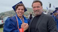 <p>Meski sibuk, Arnold menyempatkan diri hadir saat hari kelulusan putranya.