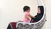 Kelihatannya Sya bahagia banget ya di pangkuan Mommy Shireen. (Foto: Instagram @shireensungkar)