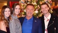 <p>Foto ini diunggah Patrick saat momen Natal pada Desember 2018. Pose bersama sang ayah serta dua saudara perempuannya, Katherine dan Christina. (Foto: Instagram @patrickschwarzenegger)</p>