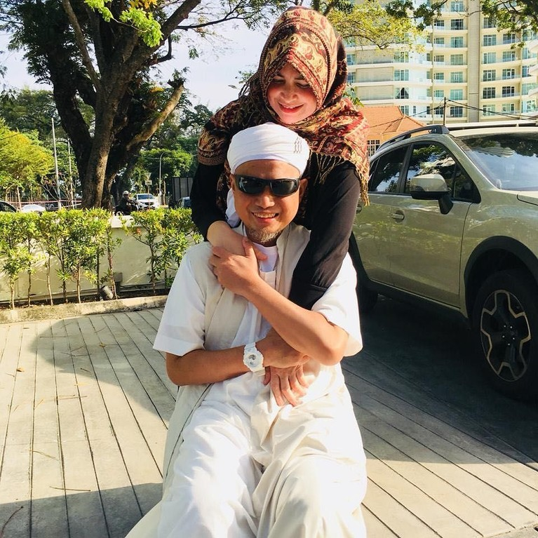 Usataz Arifin Ilham pertama kali menikah denganWahyuniati Al-Waly pada tahun 1998. Yuni, begitu istri pertama Arifin Ilham ini biasa disapa, yang selalu terlihat mendampingi ustaz. Terutama belakangan ini, saat ustaz Arifin Ilham harus bolak-balik berobat di Penang.