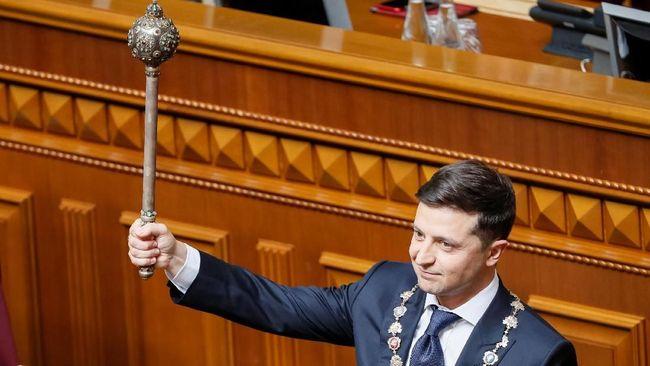 Volodymyr Zelensky, pelawak Ukraina, resmi dilantik sebagai presiden baru pada Senin (20/5) setelah menang secara mengejutkan dalam pemilu April lalu.
