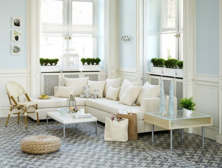Menata ruangan sempit memang sedikit <em>tricky</em> dalam memilih dekorasi dan warna cat. Pilih warna-warna lembut seperti broken white untuk sofa, dan iced blue untuk cat dinding sehingga menciptakan kesan ruangan jadi luas. (Foto: iStock)
