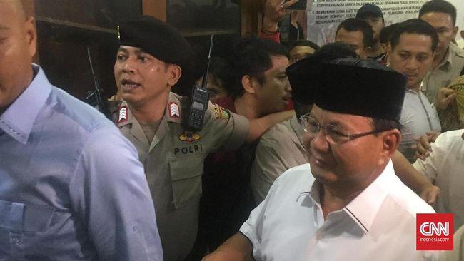 Prabowo menjenguk Lieus dan Eggi Sudjana pukul 21.00 WIB, di saat jam besuk tahanan dari pukul 10.00-15.00 WIB