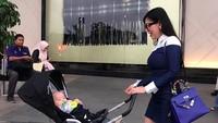 <p>Si ganteng Danillo lagi diajak Mama Bella <em>shopping</em> nih, bobok nyaman di <em>stroller</em> sambil didorong. (Foto: Instagram @bellashofie_rigan)</p>