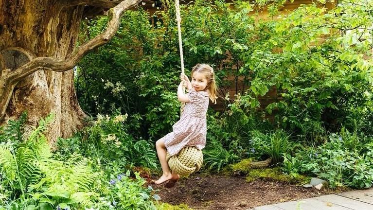 Tak mau kalah dengan sang ibu, Putri Charlotte pun ikut manaiki ayunan yang sama dengan Kate. Bocah empat tahun itu tampak cantik sekaligus menggemaskan.
