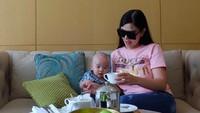 <p>Mesi baru berusia 8 bulan, Danillo sudah kelihatan mengerti saat diajak ngobrol sang mama. Kali ini, mereka tea time di sebuah hotel mewah di Jakarta. (Foto: Instagram @bellashofie_rigan)</p>