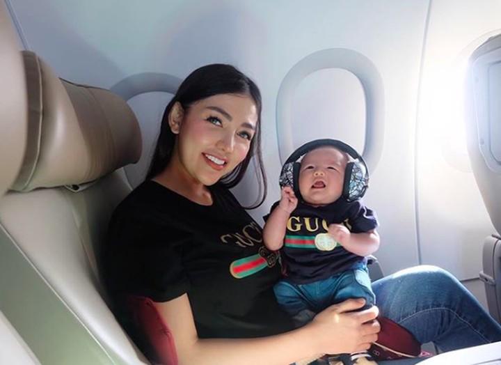 Bella Shofie melahirkan anak pertamanya, Danillo Prince Rigan, pada September 2018. Intip yuk gaya momongnya yang nyentrik!
