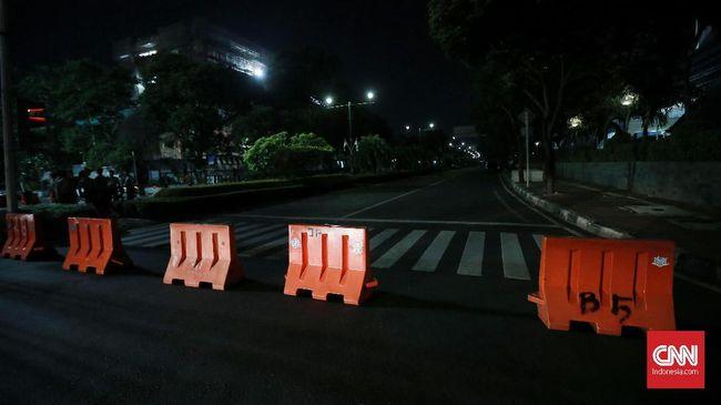 Polisi menutup total Jalan Imam Bonjol, Menteng, Jakarta Pusat tepat tempat KPU berada menjelang hasil rekapitulasi Pemilu dan Pilpres 2019.