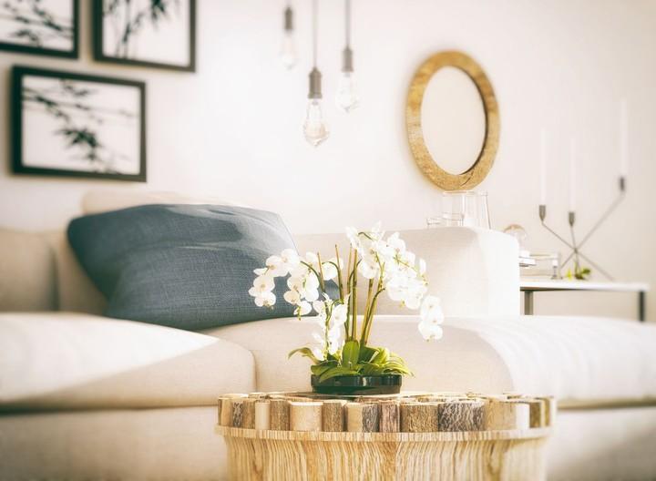 Memasang cermin di ruang tamu dapat membentuk ilusi ruangan jadi lebih lebar. Konsep minimalis sangat cocok untuk Bunda yang ingin rumah terlihat lebih bersih. (Foto: iStock)