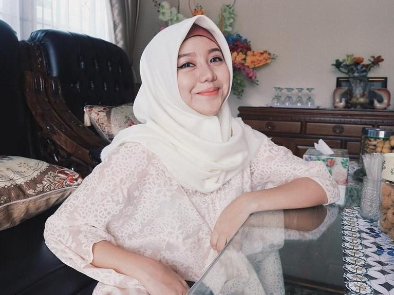 Ia pun tampak semakin anggun dan cantik dengan hijab yang dikenakannya.