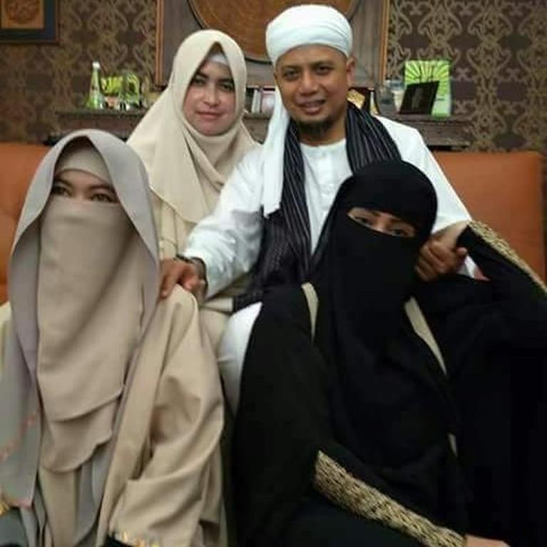 Saat Ustaz Arifin Ilham jatuh sakit, ketiga istrinya selalu setia mendampingi. Mereka secara bergantian menemai sang dai yang harus menjalani perawatan medis di Malaysia. Dari tiga pernikahannya, ustaz Arifin Ilham memiliki 8 orang anak.
