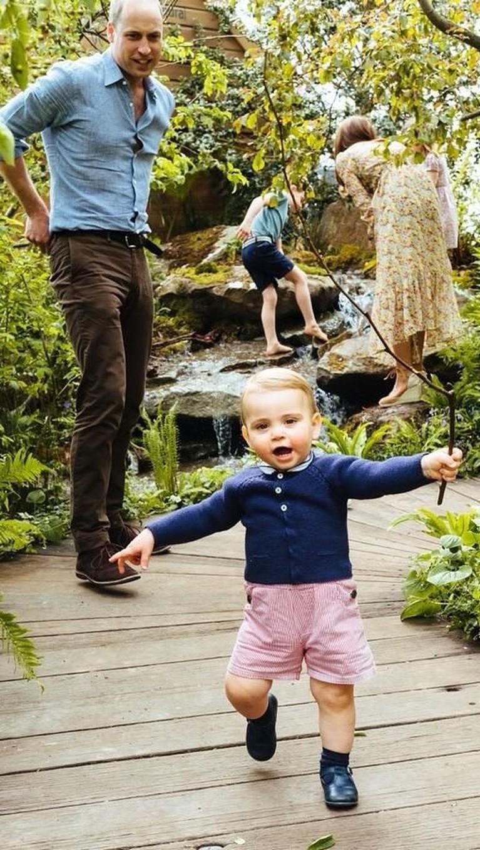 Pangeran Louis yang baru berusia satu tahun mulai aktif berjalan dan berlari mengelilingi tamanRHS Chelsea Flower Show SW1dengan tingkah yang lucu.