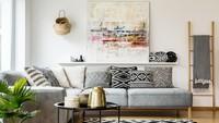Inspirasi warna monokrom tetap mencuri perhatian. Kombinasikan motif bantal sofa dan karpet, dengan sedikit sentuhan tumbuhan agar tetap segar. (Foto: iStock)