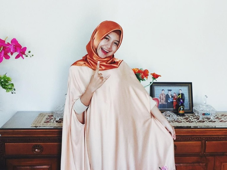 Pose Ghea tampil mengenakan busana muslim lengkap dengan hijabnya.