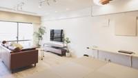 <p>Desain rumah Jepang saat ini banyak memiliki <em>counter desk</em> bergaya kafe. Meja yang menghadap dinding tersebut biasa dipakai sebagai tempat kerja atau anak belajar. (Foto: iStock)</p>