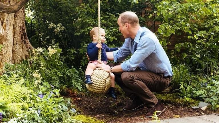 Pangeran cilik, Louis, terlihat girang saat menaiki sebuah ayunan dengan didampingi sang ayah.
