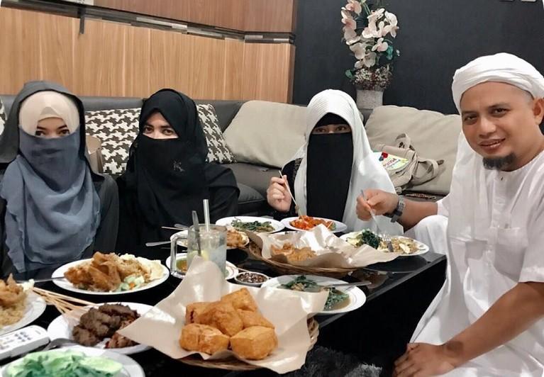 Memiliki tiga orang istri, Ustaz Arifin Ilham diketahui selalu berlaku adil. Ia beberapa kali membagikan video dan foto kebersamaan dengan ketiga istrinya secara bersamaan.