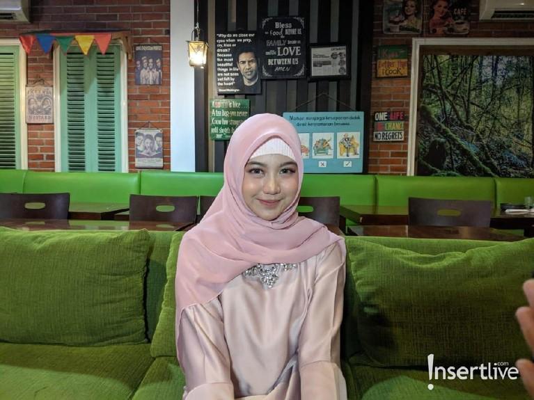 Saat acara buka bersama dengan penggemar, Ghea Indrawari tampak cantik menggunakan baju muslim yang dipadankan dengan hijab berwarna pink.